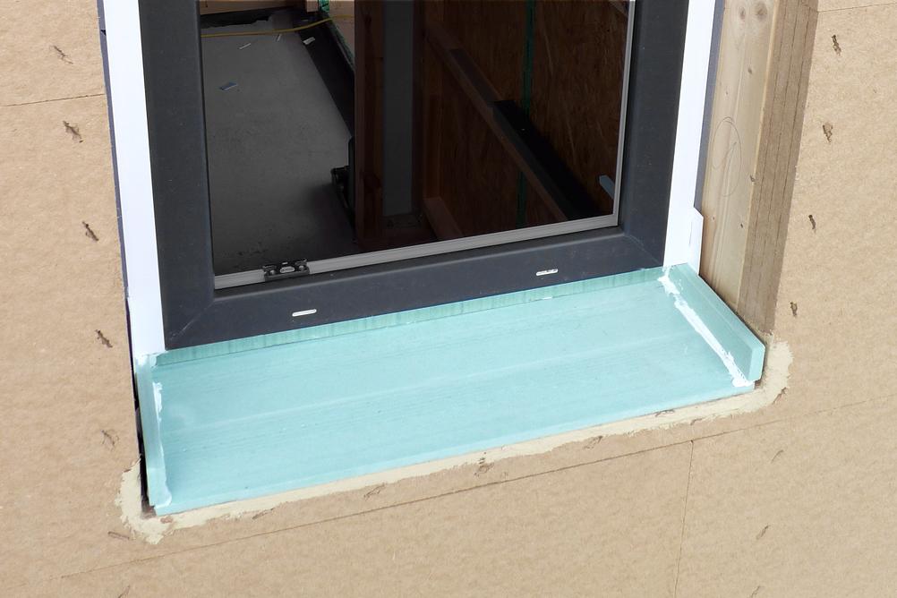 Auf dem Dämm- und Dichtkeil montiertes Fenster mit seitlichen Abschlussstücken HW2001